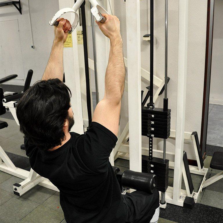 Tirage vertical prise serrée – Monter les poignées