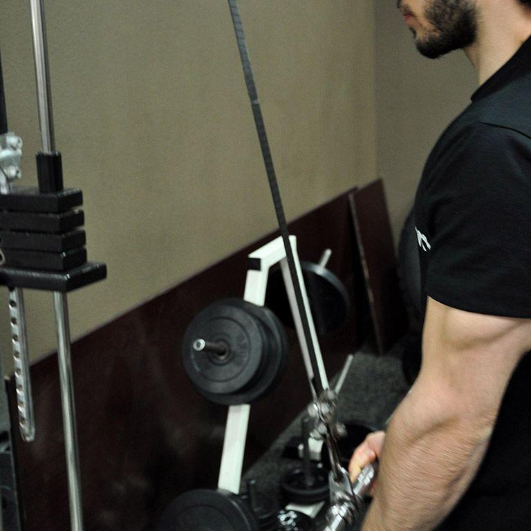 Extension triceps poulie haute en supination – Position de départ