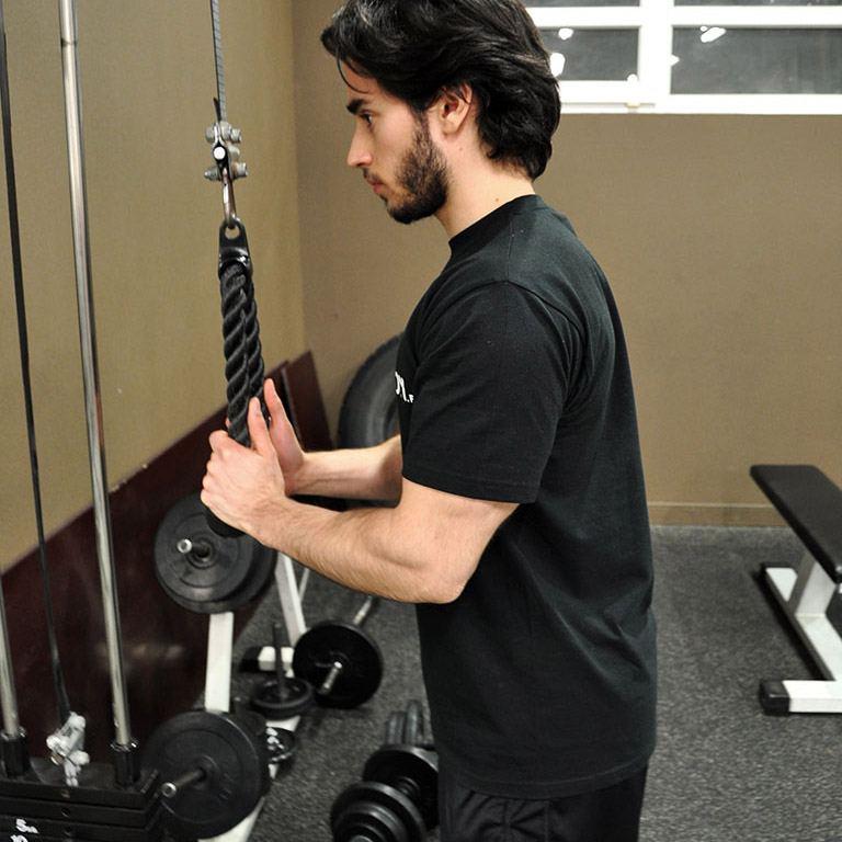 Extension triceps poulie haute à la corde – Position de départ
