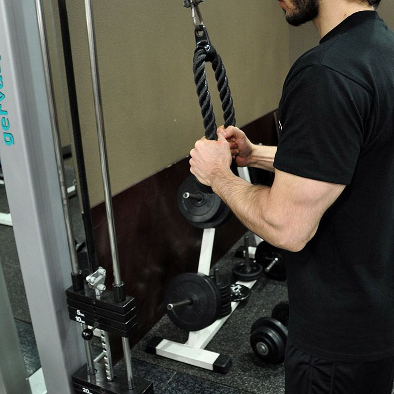 Extension triceps poulie haute à la corde – Retour à la position de départ