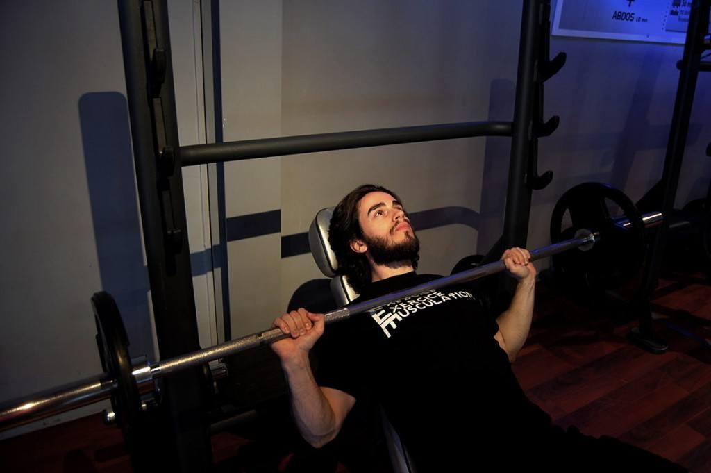 D velopp couch avec halt res dumbbell bench press fitness heroes - Developpe incline avec halteres ...