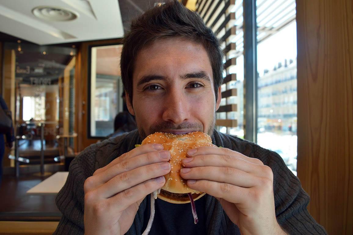 Manger équilibré - personne qui mange un burger