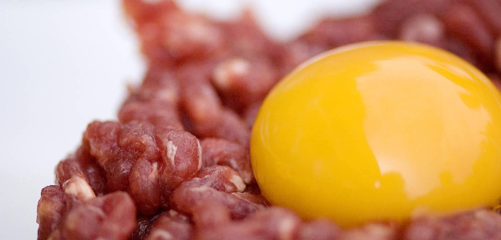 Un jaune d'oeuf et de la viande riches en protéines et acides aminés