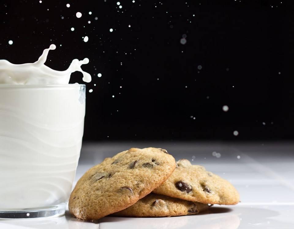 Un verre de lait et un cookie