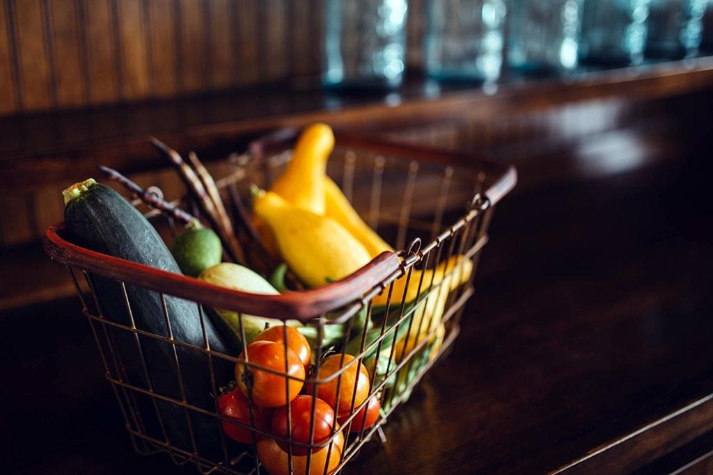 Un cadi de courses, avec des fruits et des légumes