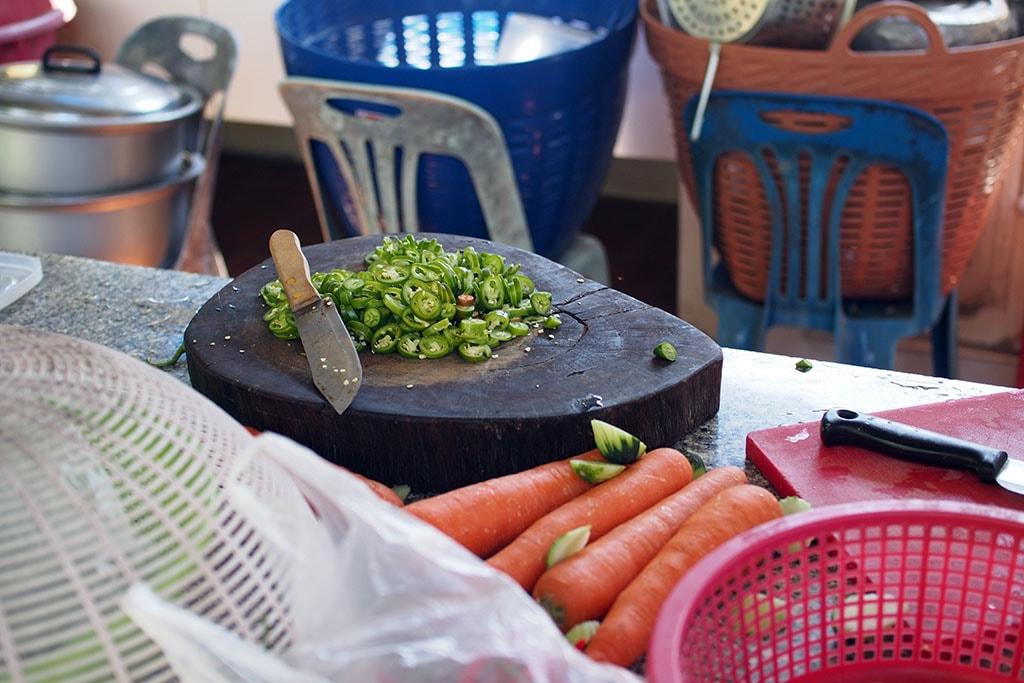 Une cuisne et un plan de travail alors qu'un plat est en préparation