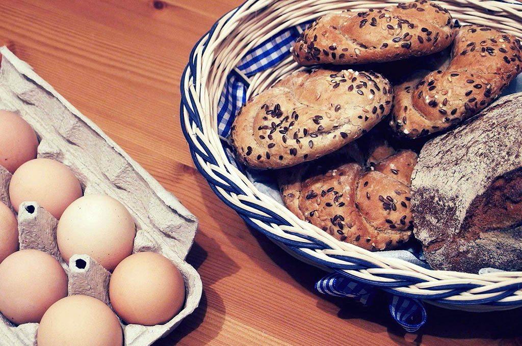 Corbeille de pains et boite d'oeufs