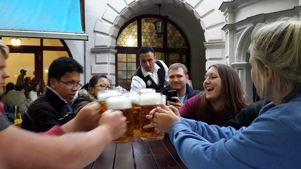 Des personnes trinquent avec de la bière