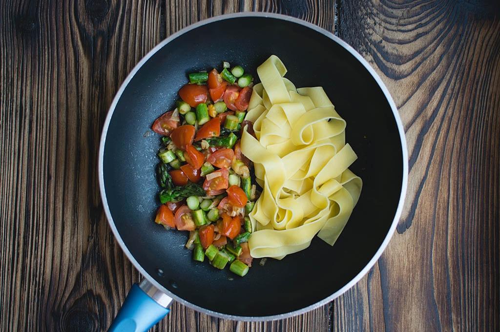 Poêle contenant des pâtes et des légumes