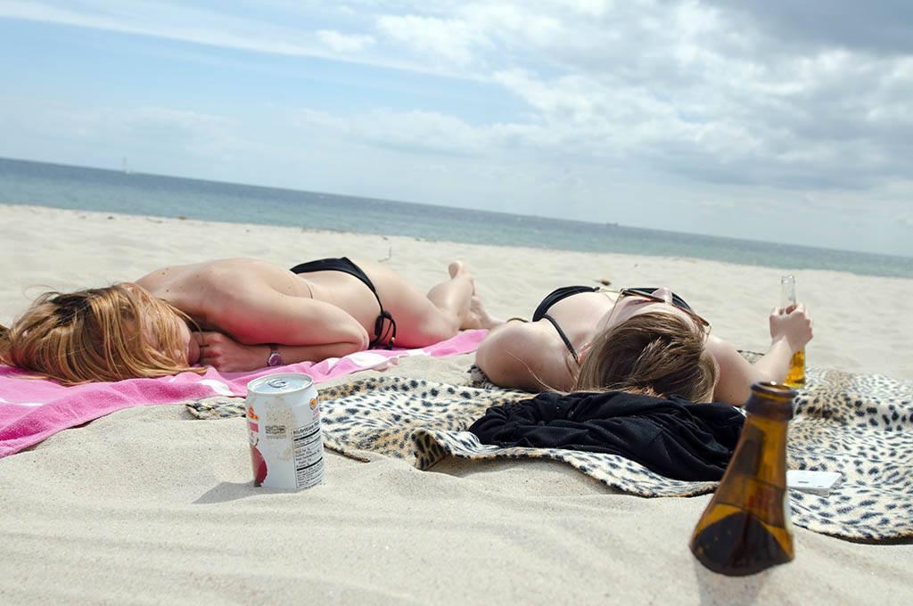 Bain de soleil et de vitmaine D pour deux femmes sur une plage
