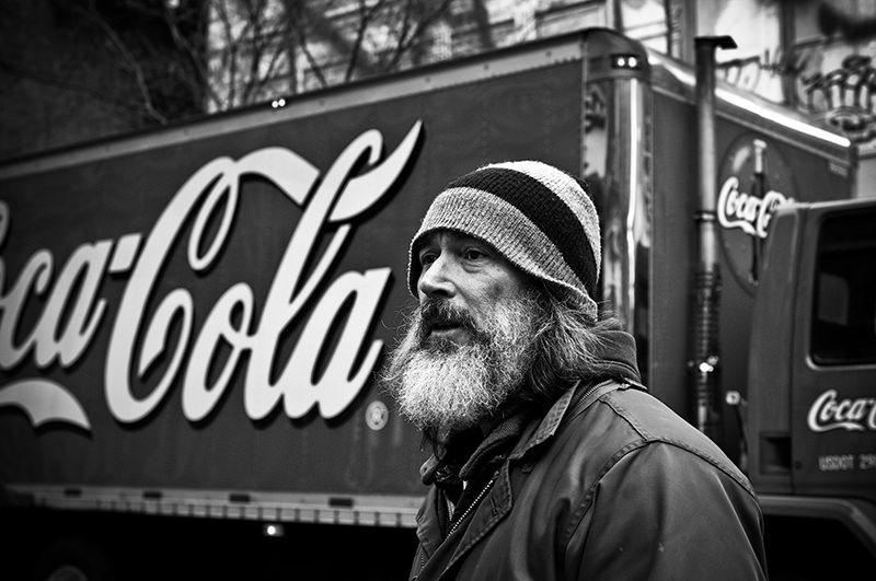 Photo noir et blanc de Gilles Lartigot à New-York devant un camion coca-cola
