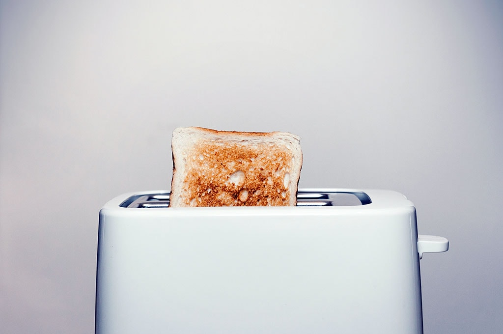 Grille pain avec une tartine de pain de mie