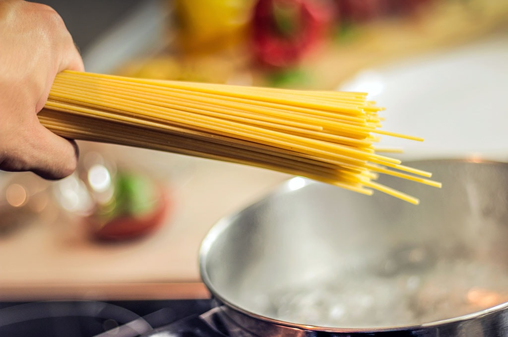 Poignée de spaghettis juste avant de les mettre à cuire